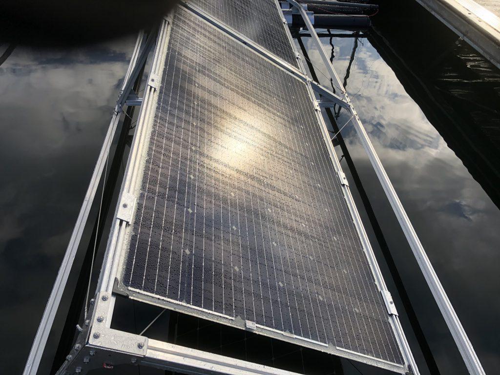 Drijvende zonnepanelen te water bij Marina Cape Helius